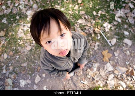 High angle portrait de grincheux deux ans garçon japonais Banque D'Images