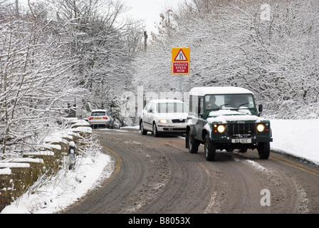 Voitures sur une route d'hiver enneigé Banque D'Images
