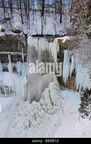 Les glaçons et les stalagmites dans Spencer Gorge à Dundas Falls Tews Canada en hiver après une vague de froid Banque D'Images