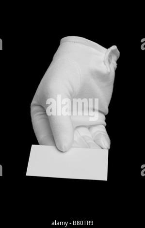 Gant blanc tenant une carte d'affaires en blanc sur noir isolé un peu différent de votre main et la carte normale Banque D'Images