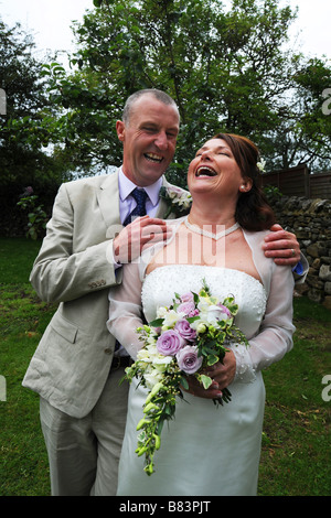 Couple de jeunes mariés de rire le jour de leur mariage, modèle Publié Banque D'Images
