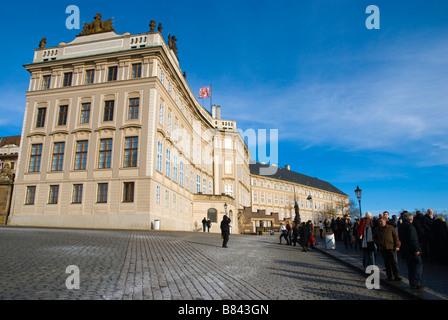 Prazsky Hrad Hradcanske namesti avec le château de Hradcany de Prague République Tchèque Europe Banque D'Images