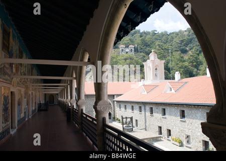 Vue sur le monastère de Kykkos beffroi et d'une cour intérieure de la galerie.montagnes Troodos, Chypre du Sud. Banque D'Images