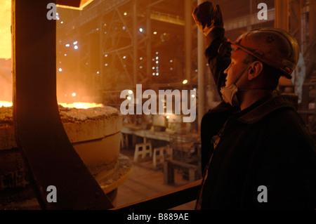 Les travailleurs de l'usine sidérurgique de Donetsk en Ukraine orientale l'usine d'acier est géré par ISTIL group Banque D'Images