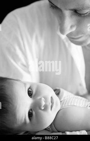 Le père aimant et bébé garçon. Le noir et blanc Banque D'Images