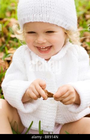 Enfant en hiver hat laughing