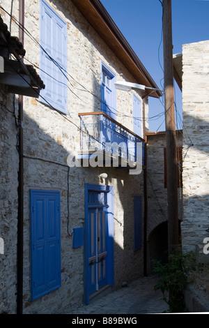 Maison aux volets bleus fermé à Lefkara, sud de Chypre