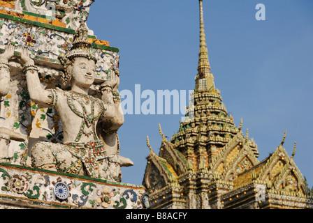 Détail des carreaux de céramique et statue - Wat Arun temple bouddhiste à Bangkok. Thaïlande Banque D'Images