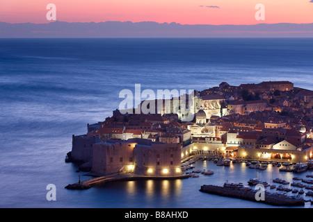 Le port de la vieille ville de Dubrovnik Croatie Dalmatie crépuscule Banque D'Images
