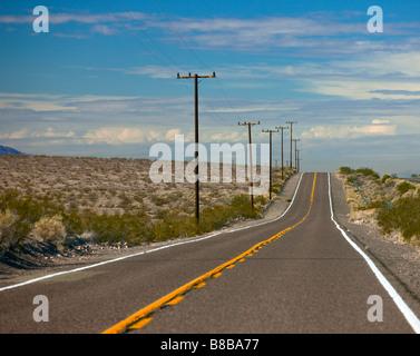 La route 66, l'emblématique US Highway, est une route isolée comme il traverse le désert de Mojave en Californie Banque D'Images