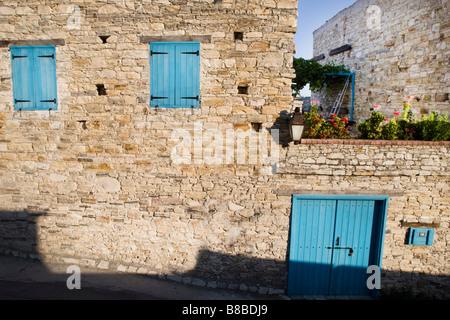 Maison aux volets bleus fermé et grande terrasse jardin à Lefkara, sud de Chypre