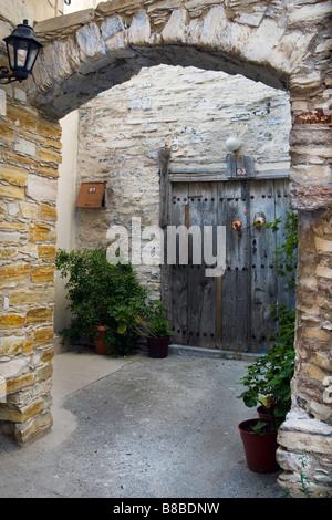 Vieille maison archway entrée privée et de porte dans la région de Lefkara, sud de Chypre.