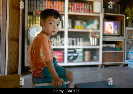 Jeune garçon local, Bagan, Myanmar (Birmanie) Banque D'Images