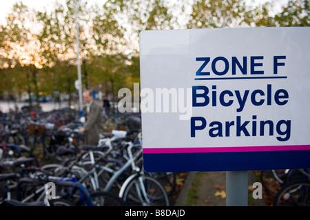 Un homme perçoit sa banlieue location de la zone de stationnement vélo à la gare d'oxford Banque D'Images
