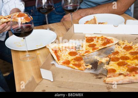 La pizza sur une table Banque D'Images