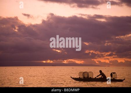 Pêcheur au lever du soleil Banque D'Images