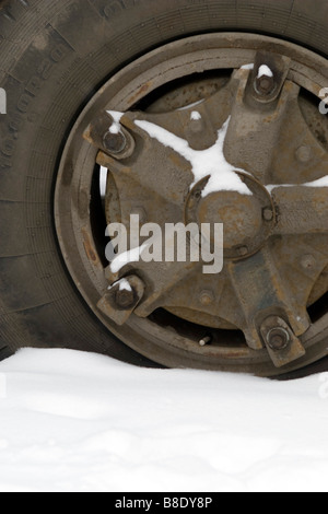 Grande roue et pneu de camion libre couverte de neige. Banque D'Images