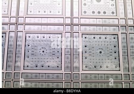 Paris, détail de panneaux de contrôle solaire aluminium sur façade sud de l'Institut du Monde Arabe. Banque D'Images