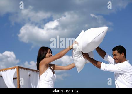Couple having a pillow fight Banque D'Images