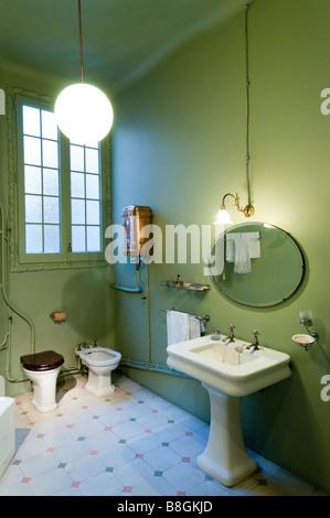 Salle de bains du début du xxe siècle à l'intérieur de la Casa Mila par Antoni Gaudi Barcelone, Espagne Banque D'Images