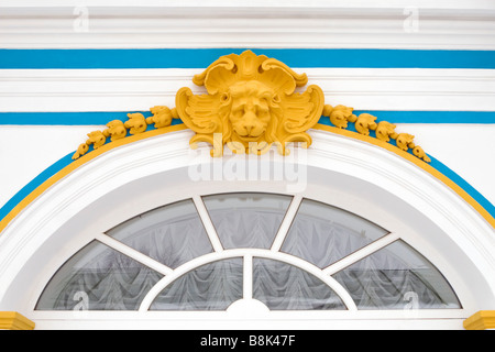 Palais russe décoration murale lion jaune bas-relief tête de fenêtre en arc. Banque D'Images