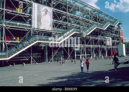 Centre Georges Pompidou bâtiment moderne Publicité encadrement extérieur pour personnes musée PARIS FRANCE Banque D'Images
