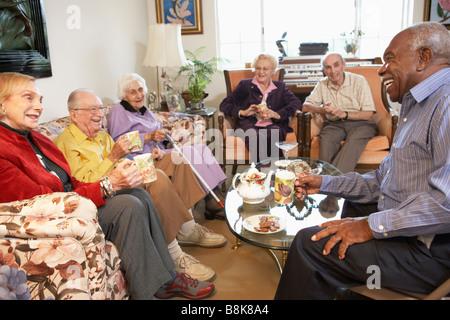 Des aînés ayant matin thé ensemble Banque D'Images