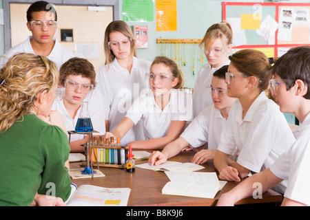 Les élèves recevant leçon de chimie en classe