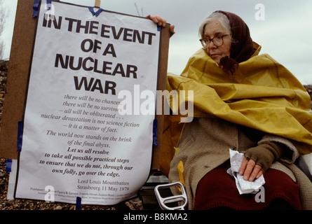 Greenham Berkshire UK 13 décembre 1982: une femme manifestant avec sa bannière dans la Greenham Women's Peace Camp Banque D'Images