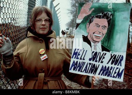 Greenham Berkshire UK 13 décembre 1982 une femme manifestant au Greenham Common Women's Peace Camp avec une affiche Banque D'Images