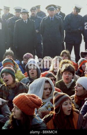 Greenham Berkshire UK 13 Déc 1982 manifestants à l'Greenham Common Women's Peace Camp 'lamentations' comme ils bloquent Banque D'Images