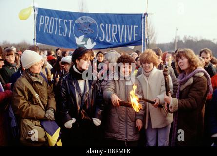 Greenham Berkshire UK 13 décembre 1982 manifestants à l'Greenham Common Women's Peace Camp la lumière des torches Banque D'Images