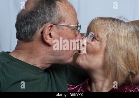 Attractive senior couple affection ensemble Banque D'Images