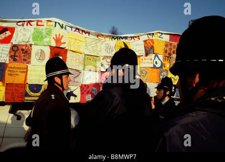 Greenham Berkshire UK Décembre 1982 manifestants à l'Greenham Common Women s Camp de paix portent une mosaïque de Banque D'Images