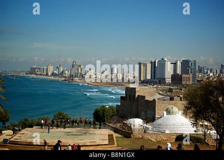 Avis de tours de Tel Aviv moderne de Monastère de Pierre Abrasha Park sur les rives de la Méditerranée en vieux Banque D'Images