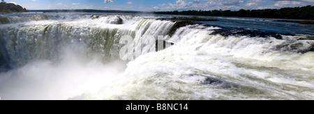 Vue panoramique de l'eau jaillissant vers le bas de la gorge du diable- Iguazu Chute d'eau, de l'Argentine Banque D'Images