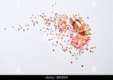 Des capsules contenant des médicaments pharmaceutiques libération temps médecine froide mini-comprimés. Banque D'Images
