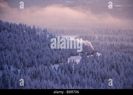 Machine à vapeur trian crossing le Harz au coucher du soleil en hiver Banque D'Images