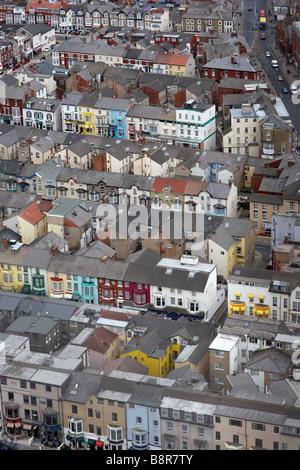 Vue de la tour de Blackpool de Blackpool, Royaume-Uni, à plus de maisons d'hôtes et petits magasins dans la ville Banque D'Images