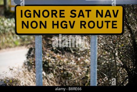 Un panneau routier routiers d'avertissement d'ignorer les instructions de leurs systèmes de navigation par satellites Banque D'Images