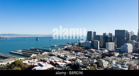 L'Oakland Bay Bridge et du quartier financier de la partie supérieure de la Coit Tower sur Telegraph Hill, San Francisco, Banque D'Images