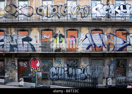 Graffity sur maison ancienne dans le centre de Lisbonne Portugal