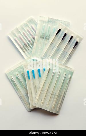 Assortiment de différentes tailles de paquets scellés dans les aiguilles d'acupuncture prises sur un fond blanc Banque D'Images