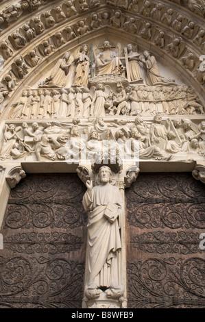 Sculptures entourant la porte de Notre Dame à Paris France Vendredi 20 Juillet 2007 Banque D'Images
