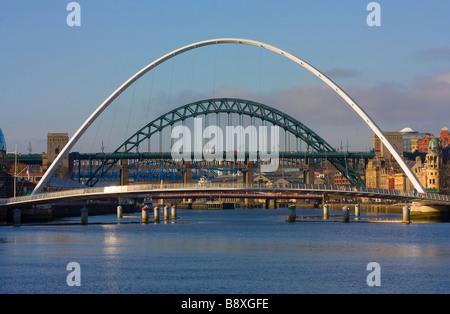 Vue de jour désormais classique de Tyne et les ponts du millénaire se joindre à Newcastle Gateshead Banque D'Images