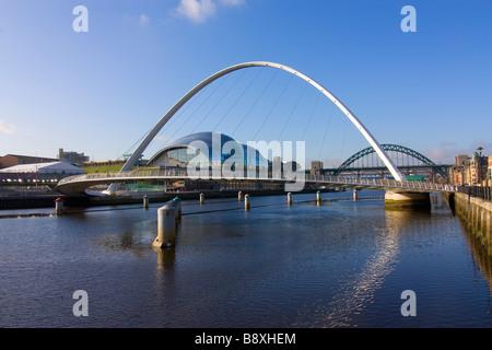Newcastle et Gateshead Millennium Bridge avec sage Tyne Bridge et obtenir parking Carter en arrière-plan Banque D'Images