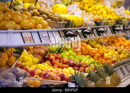 Une sélection de fruits à l'intérieur d'un marchand de shop