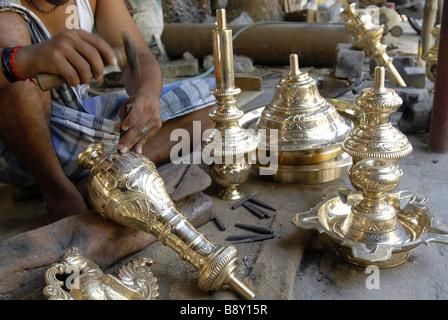 Up d'un homme faisant des lampes à huile en bronze, Nachiyarkovil, Tamil Nadu, Inde Banque D'Images
