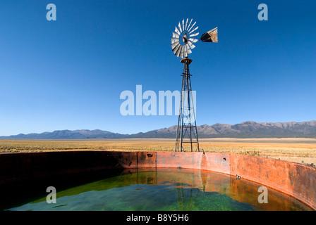 Moulin industriel dans un champ, Nevada, USA Banque D'Images