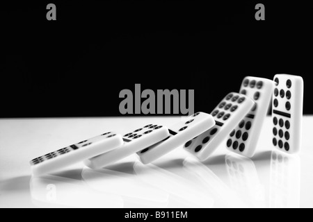 Rangée de dominos tomber. Banque D'Images